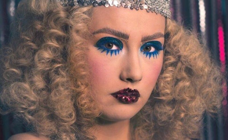 carnival-hairstyle-2019-disco girl-apokries-karnavalia-metamfieseis-xtenismata
