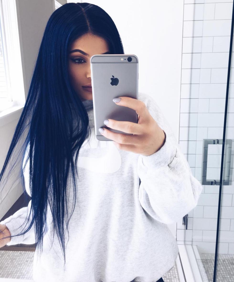 τα hair colors της Kylie Jenner. Μαύρο Μπλε.